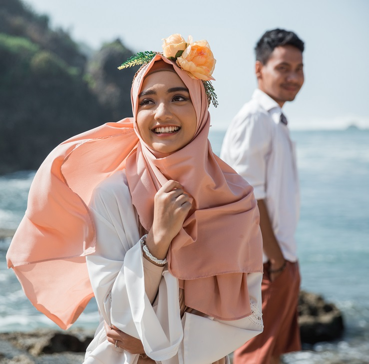 muslim couple at the beach together